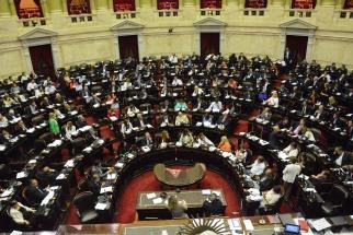 El oficialismo convirtió en ley la reforma previsional en una sesión maratónica signada por incidentes y cacerolazos