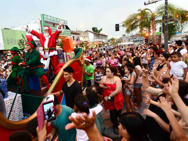 Miles de vecinos de Virreyes disfrutaron un nuevo Desfile de Navidad