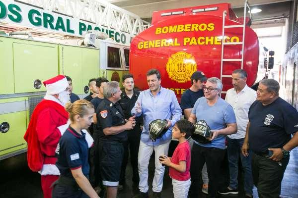 Sergio Massa y Julio Zamora junto a los bomberos voluntarios de General Pachecho