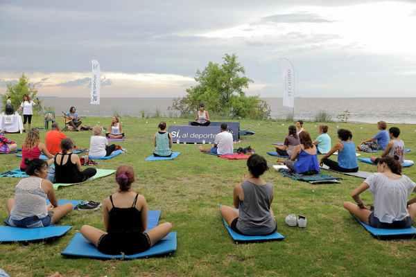 Se realizó en Martínez un encuentro de yoga frente al río