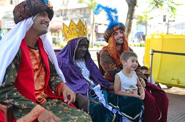 Los Reyes Magos se sacaron fotos con los chicos en Victoria y Virreyes.