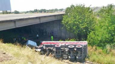 Un camión cayó desde 15 metros sobre las vías y el chofer sólo resultó herido.