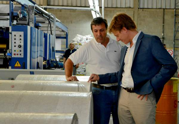 El director ejecutivo de ARBA, Gastón Fossati, al momento de recorrer una empresa de fabricación de insumos con papel en el parque industrial de Almirante Brown.