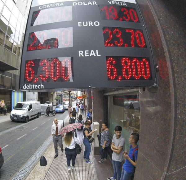 Titulo: Nueva escalada alcista del dólar que cerró a 19,30 pesos: todos miran a Sturzenegger.