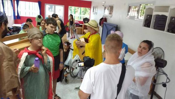 Los chicos de El Talar disfrutan el verano con arte y deporte inclusivo.