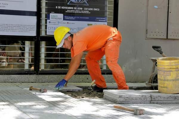 En San Isidro avanza la renovación de las veredas del centro comercial.