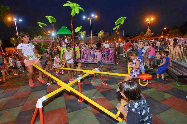 Julio Zamora inauguró los nuevos juegos y la estación aeróbica en la plaza de Ricardo Rojas.