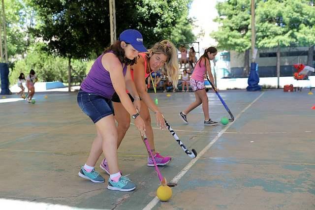 San Isidro: hockey integrador en las colonias de verano.