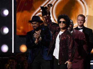Bruno Mars sorprende al arrasar en los GRAMMY