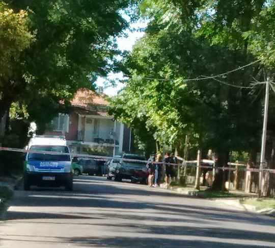 El crimen fue descubierto alrededor de las 6:30 en una vivienda situada en Saldías 622, de esa localidad de la zona norte del Gran Buenos Aires, cuando bomberos acudieron ante una alarma de incendio en la vivienda.