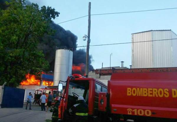 Varias dotaciones de bomberos de la zona combatían esta tarde un incendio de grandes proporciones se desató la fábrica de colchones Piero en Ruta Panamericana KM 31,5.