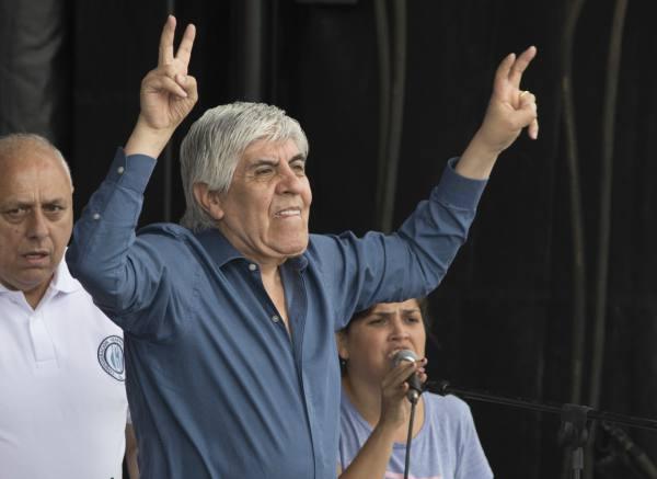"""Moyano encabezó multitudinaria marcha contra el gobierno y advirtió que no tiene """"miedo de ir preso"""""""