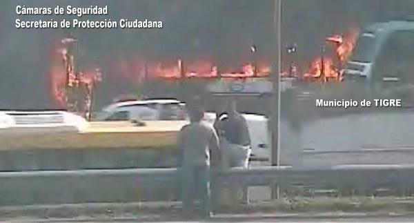 Bomberos controlan un incendio en un colectivo en Tigre