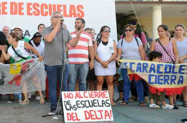 El intendente de Tigre y presidente del Partido Justicialista local, Julio Zamora, acompañó la marcha en repudio a la medida de los gobiernos nacional y provincial que pretende el cierre de las escuelas p