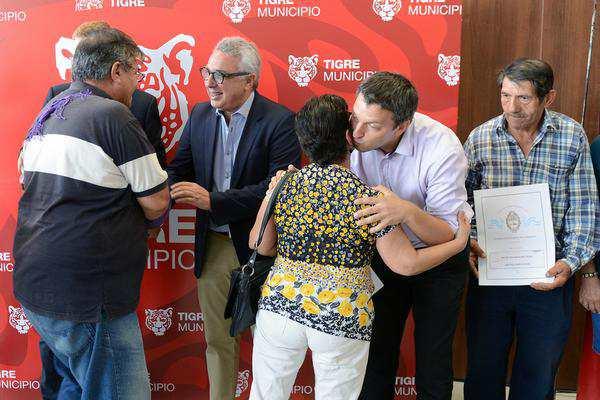 Julio Zamora entregó 70 nuevas escrituras a vecinos del barrio Don Bosco de Benavídez