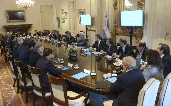 """El presidente Mauricio Macri y sus ministros celebraron hoy el """"séptimo trimestre de crecimiento consecutivo"""" de la economía en una reunión de gabinete en la Casa Rosada."""