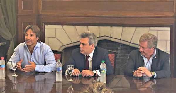 Sebastian Galiani y Segundo Cernadas junto a comerciantes en Tigre