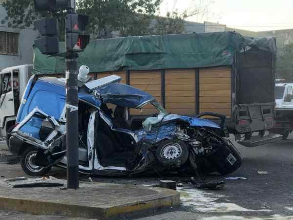 Murieron dos policías tras chocar con un camión durante una persecución en Pompeya
