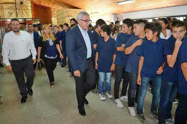 Julio Zamora acompañó a alumnos de Tigre en el inicio de clases