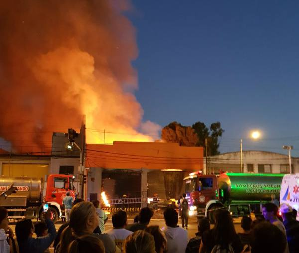 Un incendio destruyó una fabrica de muebles en San Fernando