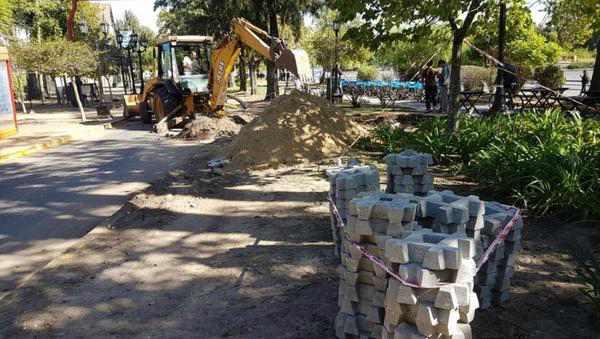 Construcción de senderos peatonales en Paseo Victorica