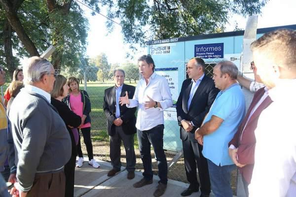 osse visitó la oficina de información e intercambió opiniones con vecinos sobre el proyecto.