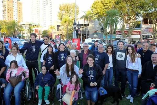 Con el objetivo de concientizar a la comunidad sobre el autismo, el municipio junto a organizaciones afines realizaron un encuentro al aire libre y una caminata, con la participación del intendente, Julio Zamora.