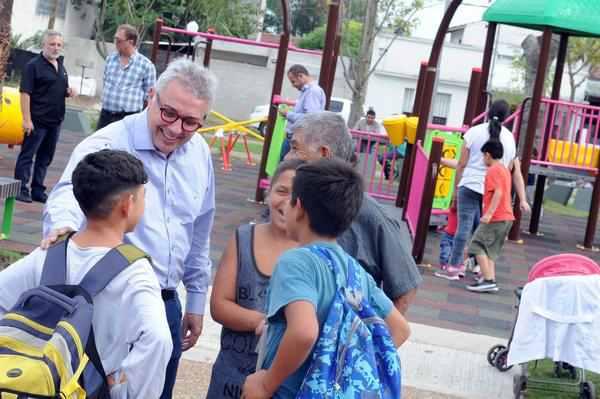 Julio Zamora recorrió junto a vecinos la renovada plaza Sarmiento en Troncos del Talar