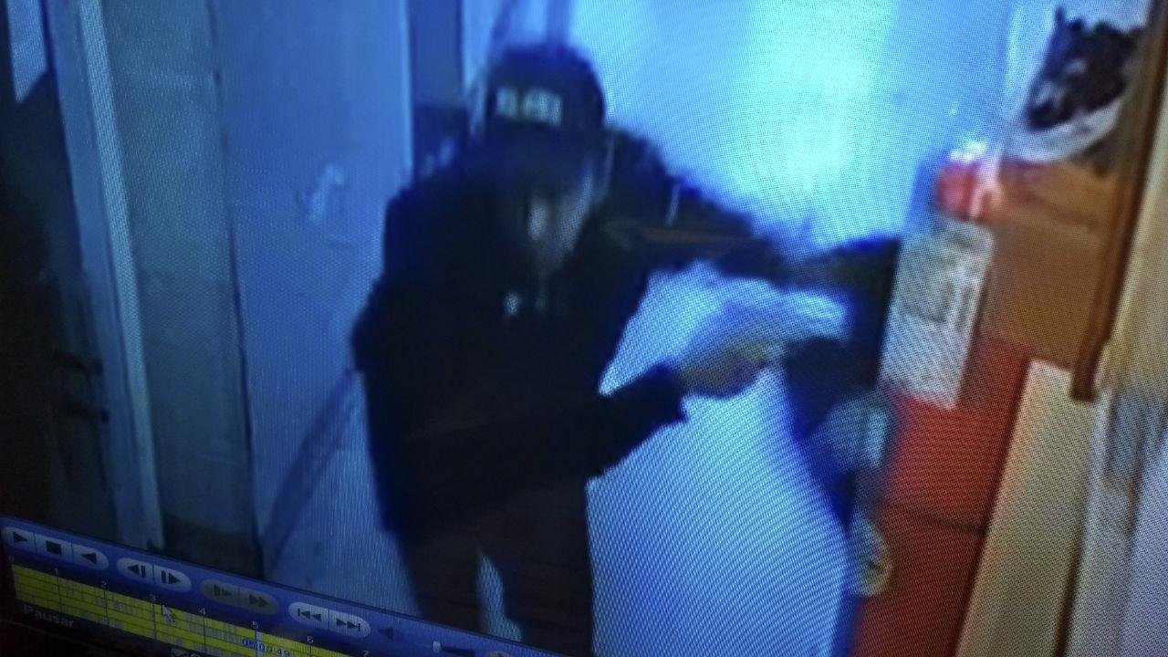 Intentaron copar la comisaría de San Justo y balearon a una mujer policía