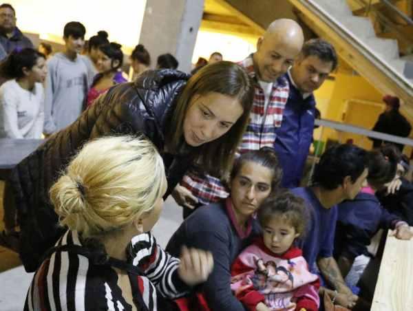 Vidal visitó un centro de evacuados en Pilar