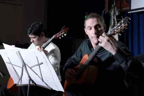 El argentino Fernando Schulmeier y el paraguayo Víctor Bordón presentaron su show musical en el Concejo Deliberante de San Isidro.