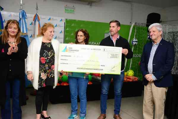 Andreotti entregó una ayuda económica a la Escuela N° 31 de Islas para reparar paneles solares