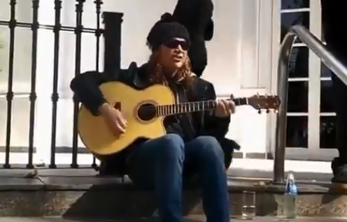Dave Mustaine, el líder de la banda Megadeth, de vacaciones en la provincia de Mendoza, dio en las últimas horas un concierto informal callejero para un grupo de enfervorizados fans.