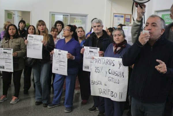 Cientos de trabajadores nucleados en ATE Zona Norte realizaron una asamblea en el hall central del hospital Houssay de Vicente López para pedir la apertura inmediata de la paritaria municipal a la vez que rechazaron el tarifazo de los servicios públicos.