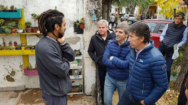 El intendente de San Isidro, Gustavo Posse, y el ministro de Finanzas de la Nación, Luis Caputo, participaron el sábado por la mañana del timbreo nacional de Cambiemos y recorrieron las calles de Martínez para dialogar con vecinos y comerciantes.