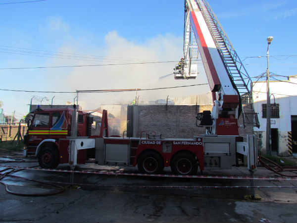 Un voraz incendio destruyó una fábrica de muebles en San Fernando