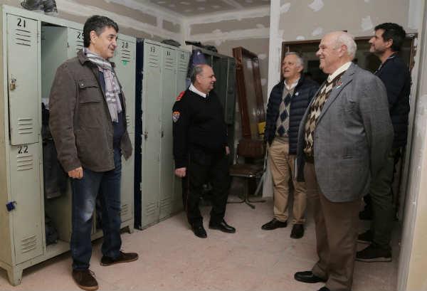 Jorge Macri entregó un subsidio a los bomberos de Vicente López