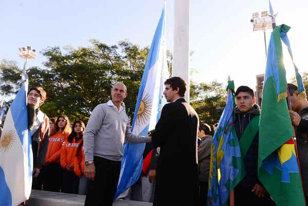 El Presidente del HCD, Santiago Aparicio y el Diputado Provincial Juan Andreotti encabezaron los festejos por el Día de la Patria en la Plaza del Bicentenario, con participación de más de 500 alumnos de escuelas públicas y privadas