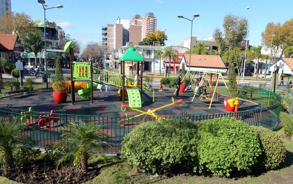 Julio Zamora recorrió el renovado Paseo Sarmiento de la Estación Fluvial de Tigre