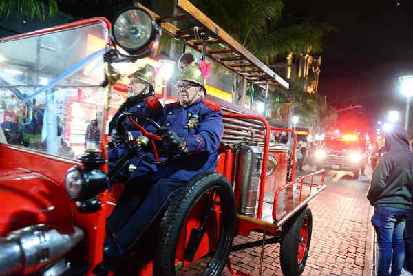 Los Bomberos de San Fernando celebraron su día con un inolvidable desfile de autobombas