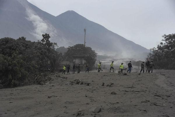 Sube a 33 número de muertos por potente erupción de volcán en Guatemala