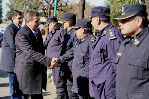 En el Playón de Villa Adelina, junto al ministro de Seguridad de la provincia de Buenos Aires, Cristian Ritondo, el intendente de Vicente López, Jorge Macri, presentó 15 nuevas patrullas de seguridad equipadas con alta tecnología otorgadas por el gobierno de la Provincia.