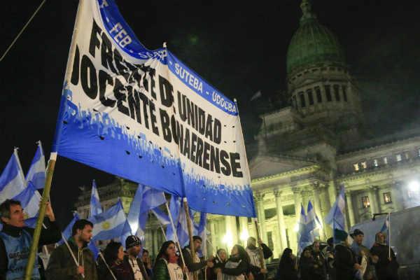 Docentes bonaerenses hicieron banderazo frente al Congreso