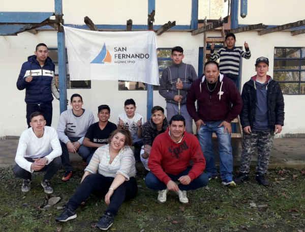 Los chicos del Centro Convivencial Terapéutico de San Fernando ayudan a refaccionar la EPB N° 12 de islas