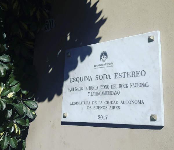 Papelón: la Legislatura porteña homenajeó a Soda Stereo con una placa, pero escribieron mal el nombre de la banda