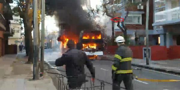 El  incendio de un colectivo causó conmoción en el centro de San Fernando