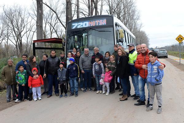 Con la presencia de Julio Zamora, la línea 720 inauguró su recorrido en el barrio Parque Alegre
