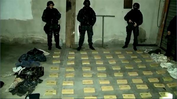 Unos 90 kilos de marihuana fueron secuestrados esta madrugada por la Policía de la provincia de Buenos Aires en un depósito ubicado en la localidad de Don Torcuato, partido de Tigre. Se detuvo a un hombre que estaba en el lugar.