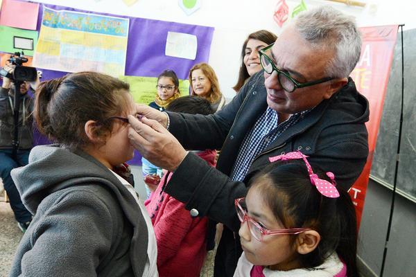 Julio Zamora entregó más de un centenar de anteojos a alumnos de escuelas de Don Torcuato y General Pacheco