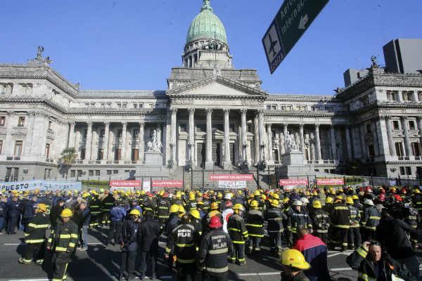 Protesta de bomberos voluntarios frente al Congreso